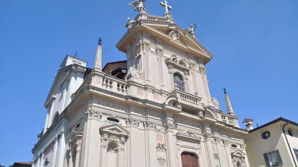 The striking Chiesa S. Andrea Apostolo of the many treasures sky-high in Brunate.