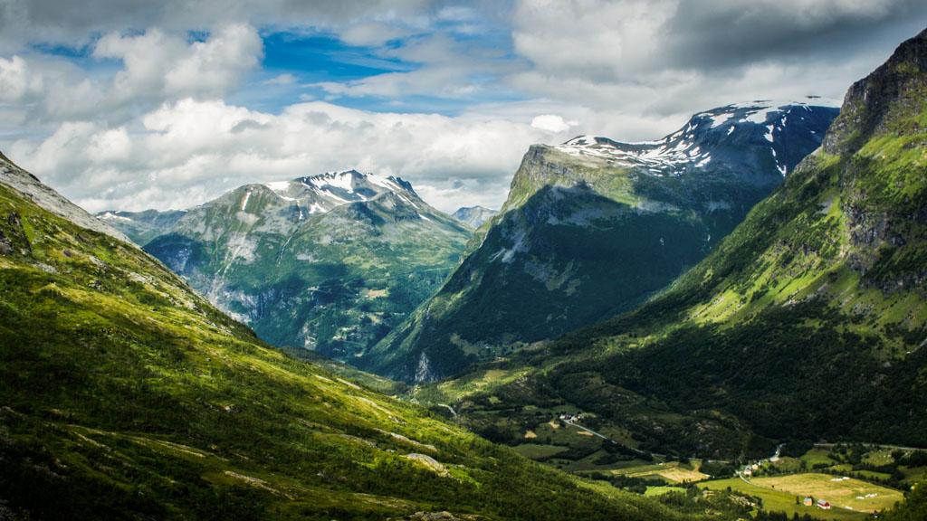 Green mountain views heading to Geiranger