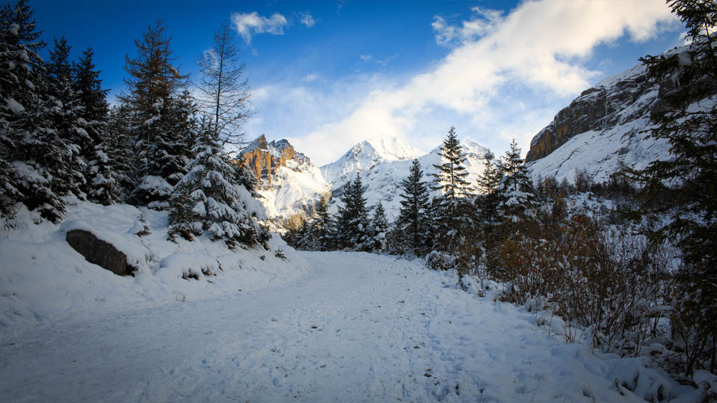 The snow-caked road leading us to Oeschinensee